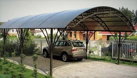 Навесы из поликарбоната - один из способов защиты от осадков
